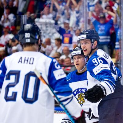 Mikko Rantanen jublar över mål i matchen mot Kanada.