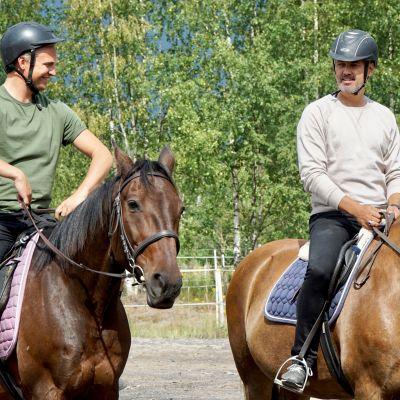 Janne Grönroos och Hasse Brontén rider.
