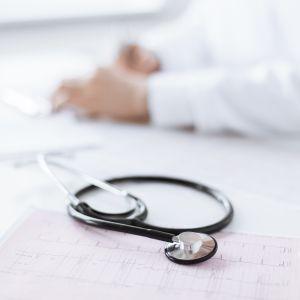 Läkare med stetoskop.