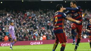 Luis Suarez och Neymar firar ett mål.
