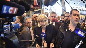 Marine Le Pen talade med journalister under en jordbruksmässa i Paris den 28 februari.