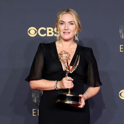 Kate Winslet poserar med sin Emmystatyett.