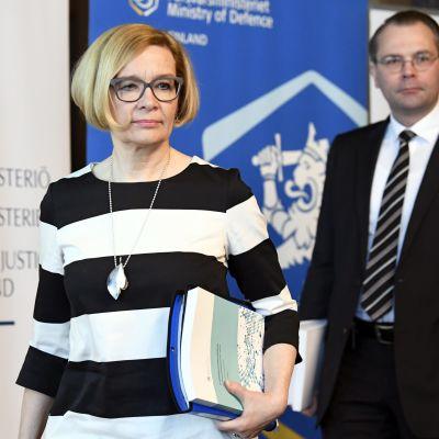 Inrikesminister Paula Risikko och försvarsminister Jussi Niinistö anser att grundlagen bör ändras för att regeringen ska kunna driva igenom underrättelselagarna.