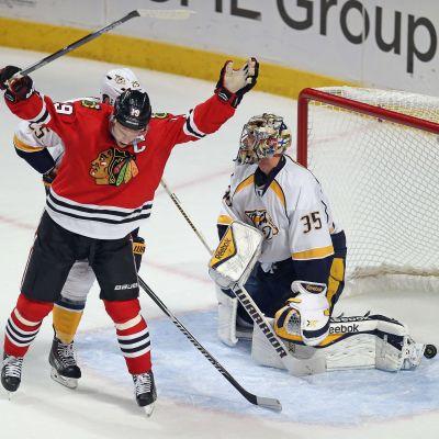 Jonathan Toews gör segermålet bakom Pekka Rinne, Chicago-Nashville, 26.4.2015.