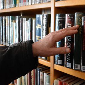 Böcker i  Lovisa bibliotek, som för tillfället måste stångas för mögel i byggnaden.