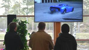 Besökare på en publiktillställning där superelbilen Toroidion visas upp.