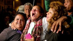 Colombianer firar ett nytt fredsavtal mellan regeringen och Farcgerillan på gatorna i Bogota.