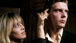 Anita Pallenberg ja James Fox elokuvassa Performance (1970).