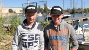 Sune Bernstedt och Sebastian Westerback har stigit iland efter sin fisketur
