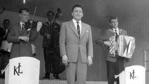 Olavi Virta yhtyeineen esiintyy 1960