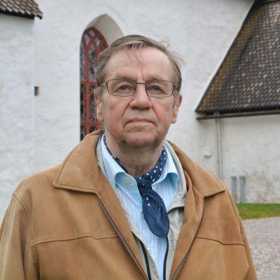 Boris Björkendahl utanför Borgå domkyrka.