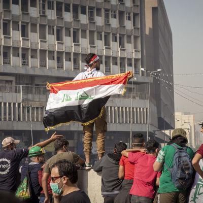 Irakilaisia kadulla osoittamassa mieltään.