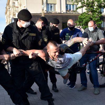 Vitrysk kravallpolis grep demonstranter i Minsk och flera andra städer på fredagen.