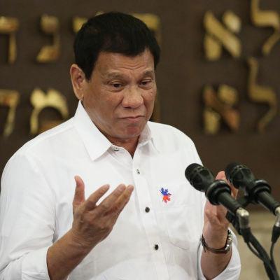 Filippinernas kontroversiella president Rodrigo Duterte vill förbjuda rökning på offentliga platser utomhus