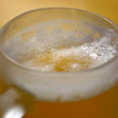 Skummande mellanöl i ett glas.