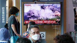 Bilder av hur Nordkorea sprängde det gemensamma förbindelsekontoret dominerade sydkoreanska tv-nyheter på tisdagen.