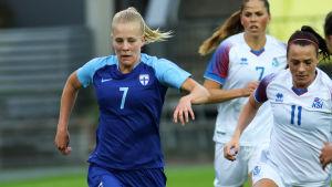 Adelina Engman i en träningsmatch mot Island.