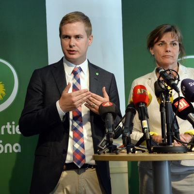 Gustav Fridolin och Isabella Lövin talar under en pressträff i Stockholm den 9 maj 2016.
