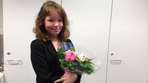 Saana Haglund håller i en blombukett.