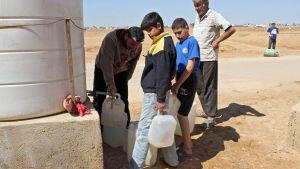 Syriska flyktingar i flyktinglägret Zattari nära staden Mafraq i Jordanien 14.3.2015