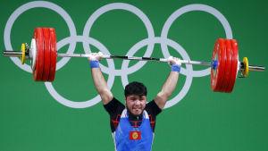 Izzat Artykov lyfter tyngder i OS i Rio.