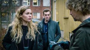 Sofia Karppi ja Sakari Niemi haastattelevat Usko Bergdahlia keltaisen puutalon pihassa.