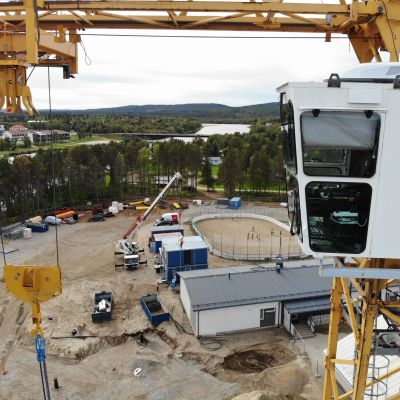 Ivalon koulukeskuksen rakennustyömaa ja nostokurki