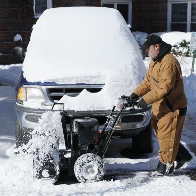 Mies lumitöissä New Jerseyssä Yhdysvalloissa