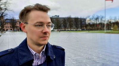 Vytenis Šimkus, ekonom, står på Lukiškės-platsen i centrala Vilnius.