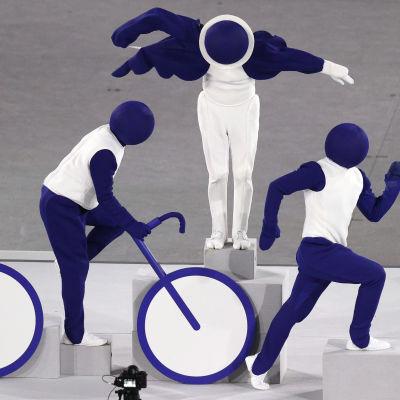 Kolme näyttelijää esitteli Tokion olympialaisten avajaisissa eri urheilulajeja.