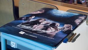 Kuvassa Veden vangit -musikaalin julisteita.
