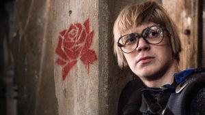 Knop (Ville Rossi, Roni Siren) Veden Vangit -musikaalin lavasteissa (Rosan koodin ruusu-taustalla)