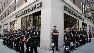 Poliser förbereder sig inför protester mot Starbucks i New York.