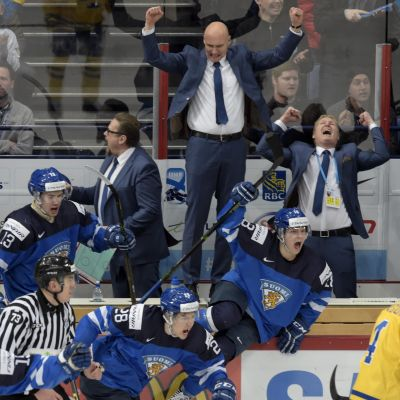 Finland firar seger över Sverige i semifinalen av JVM 2016.