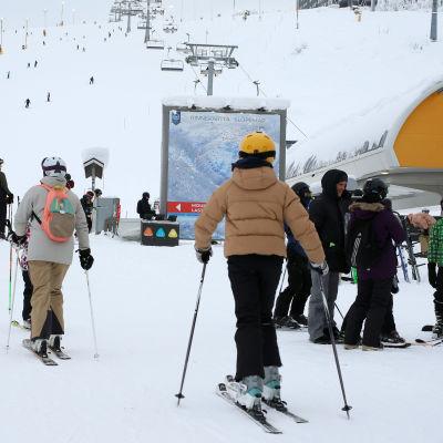 Ihmisiä hissijonossa ja rinteessä Kittilän Levillä helmikuussa 2021.