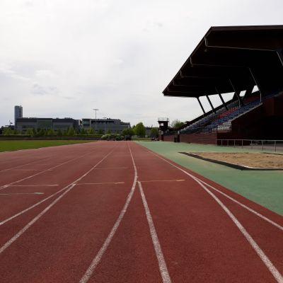 Joensuun keskusurheilukentän juoksuradan pinnoite uusitaan peruskorjauksen yhteydessä.