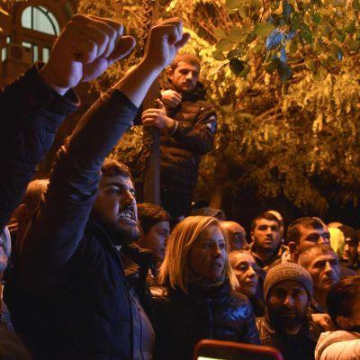 Rasande demonstranter samlades utanför regeringsbyggnaden i Armeniens huvudstad Jerevan då nyheten om fredsavtalet spreds.