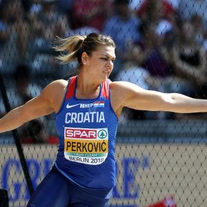 Sandra Perkovic kastar diskus.