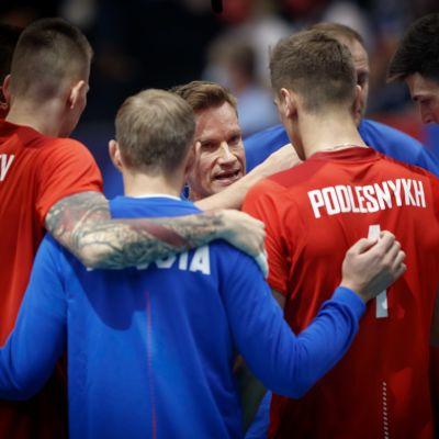Tuomas Sammelvuo Venäjän maajoukkueen keskellä.