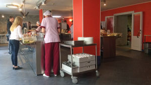 Elever vid Gustav Adolfs gymnasium i Tallinn serveras lunch.