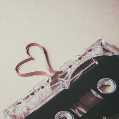 C-kassett med bandsnutt som bildar ett hjärta