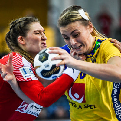 Isabelle Gulldén i kamp om bollen med Line Haugsted