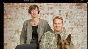 Camilla Roos och Stefan Norrlin på en fotostudiobild tillsammans med en schäfer.