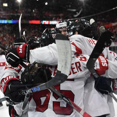 Schweiz spelare jublar efter VM-skrällen mot Kanada.