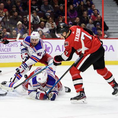 Ottawa Senators anfallar mot New York Rangers mål.