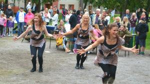 Tre kvinnor dansar