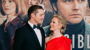 Aviopari Pelle ja Sophia Heikkilä katsovat toisiaan silmiin punaisella matolla.