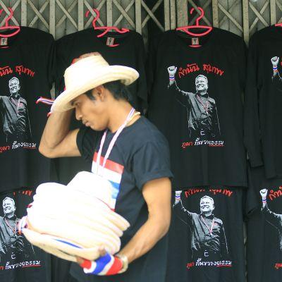 T-tröjor med oppositionsledaren Suthep Thaugsubans bild