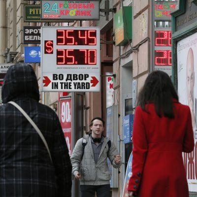 Oroligheterna syns i rubelns kurs