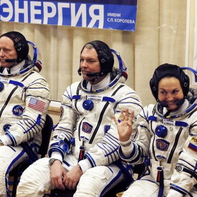 Astronautti Barry Wilmore (vas.) sekä kosmonautit Aleksander Samokutjajev ja Jelena Serova.